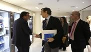 El portavoz parlamentario del PP, Rafael Hernando, con el del PNV,...