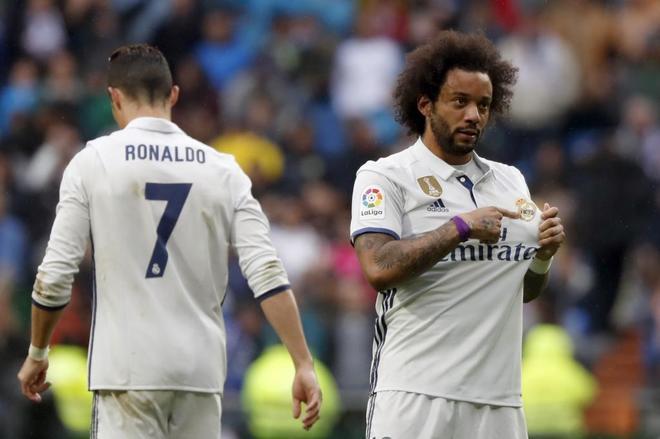 Marcelo se señala el escudo tras marca el gol del triunfo al Valencia.