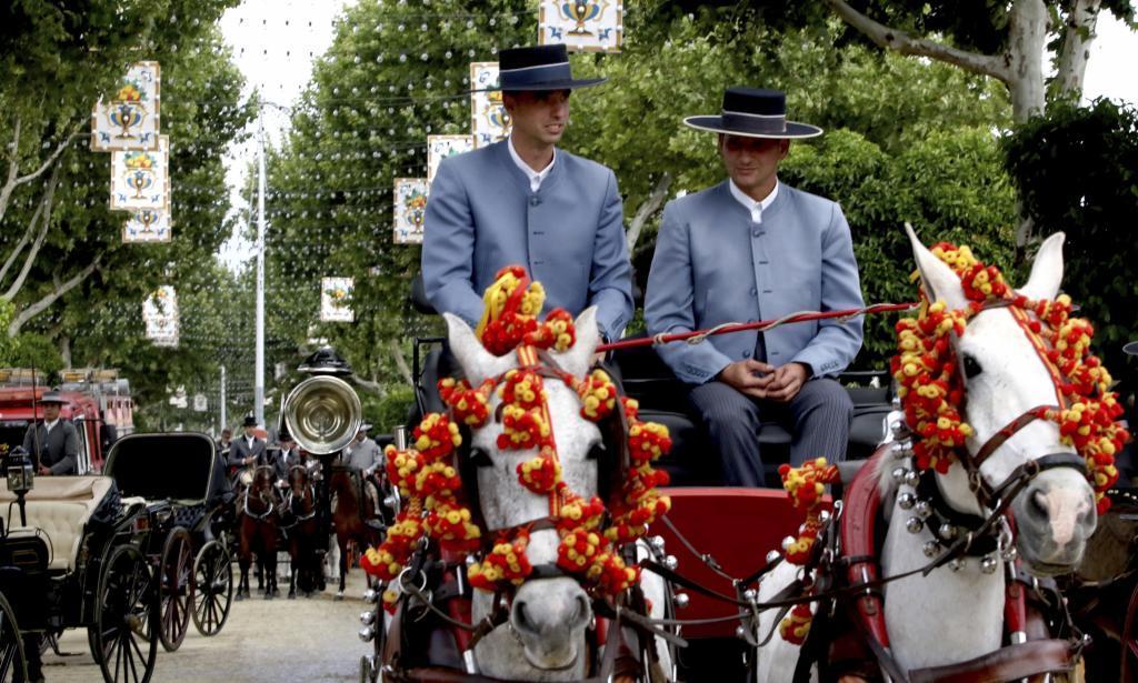Un coche de caballos recorre las calles del Real.