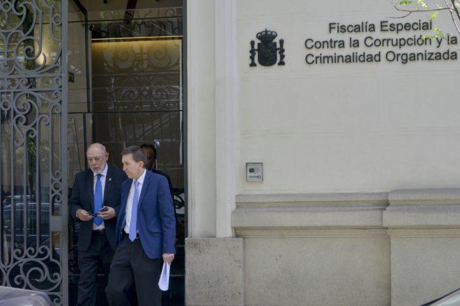 El fiscal general del Estado, José Manuel Maza (izda.), y el fiscal...