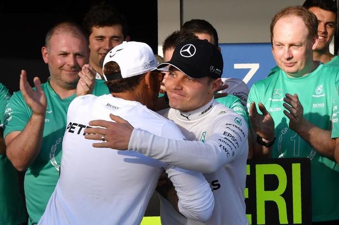 Valtteri Bottas recibe la felicitación de Lewis Hamilton.