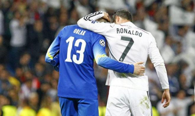 Cristiano Ronaldo abraza a Oblak tras la eliminatoria de cuartos de la Champions en 2015.