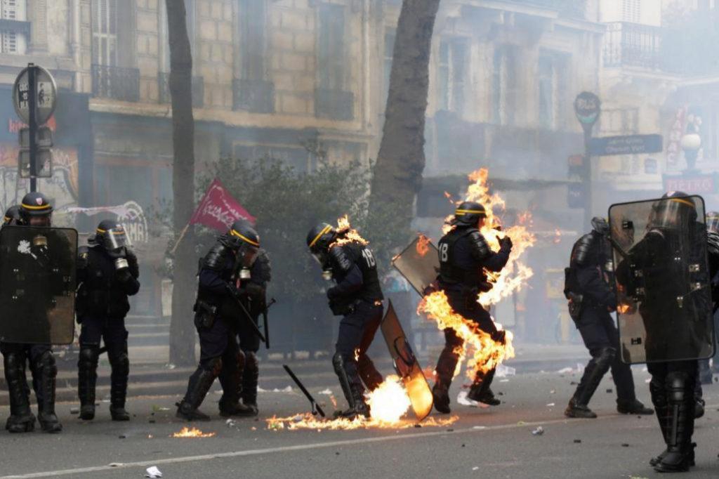 Tres policías han resultado heridos, uno de ellos con quemaduras de...