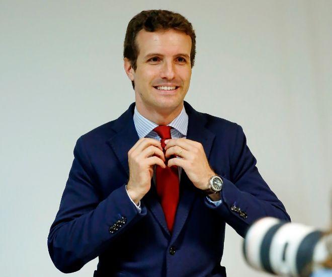 Pablo Casado se hace la foto para el Congreso tras recoger su acta de...