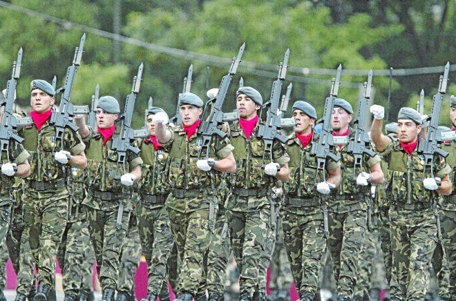 Militares desfilando en el Día de la Fiesta Nacional.