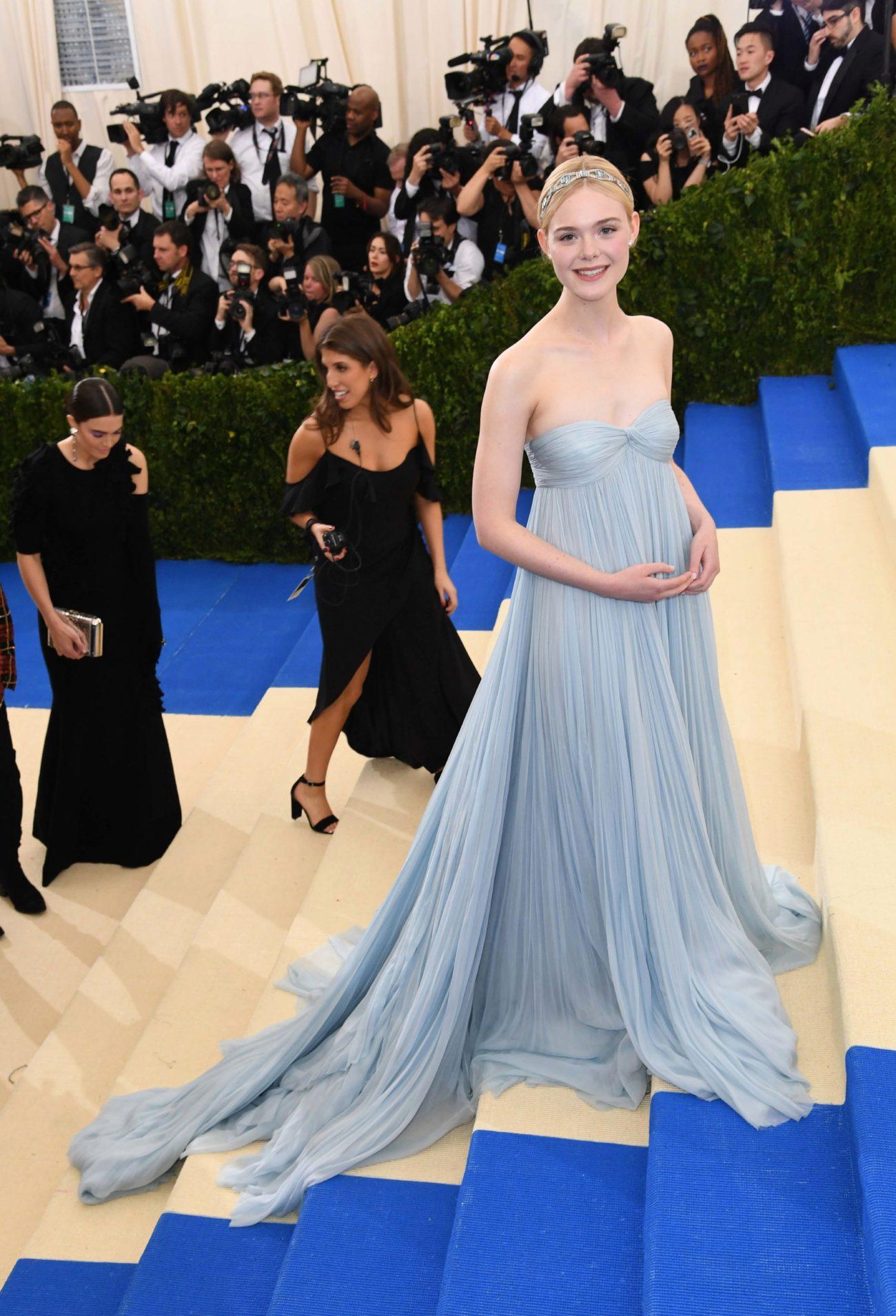 Elle Fanning nos ha encantado con este vestido con escote palabra de...