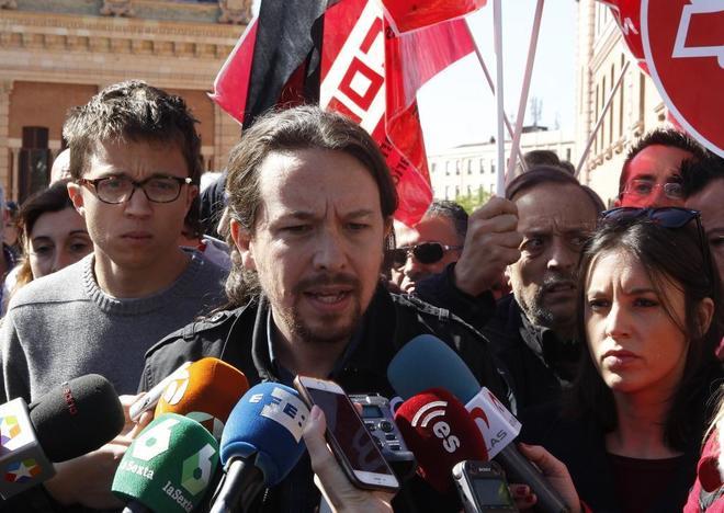 Pablo Iglesias, entre Íñigo Errejón e Irene Montero, ayer, durante...