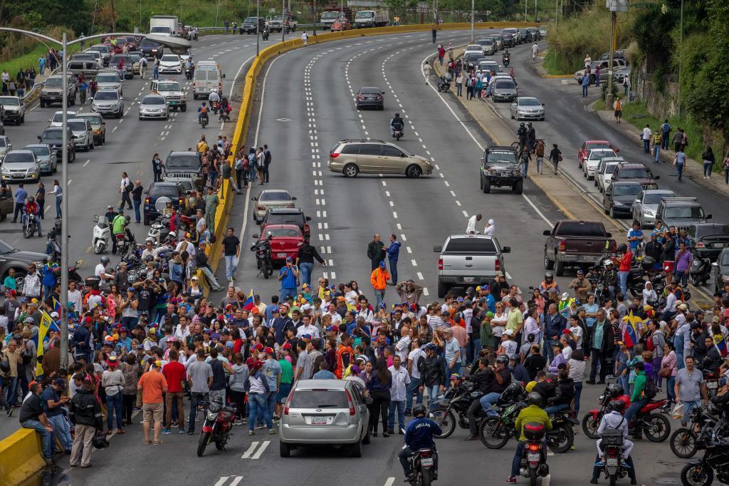 Los manifestantes bloquean la autopista más grande de Caracas,...