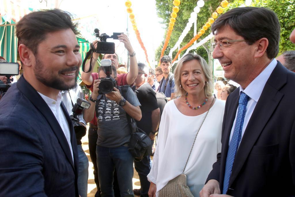El cantante Miguel Poveda junto al presidente de Ciudadanos...