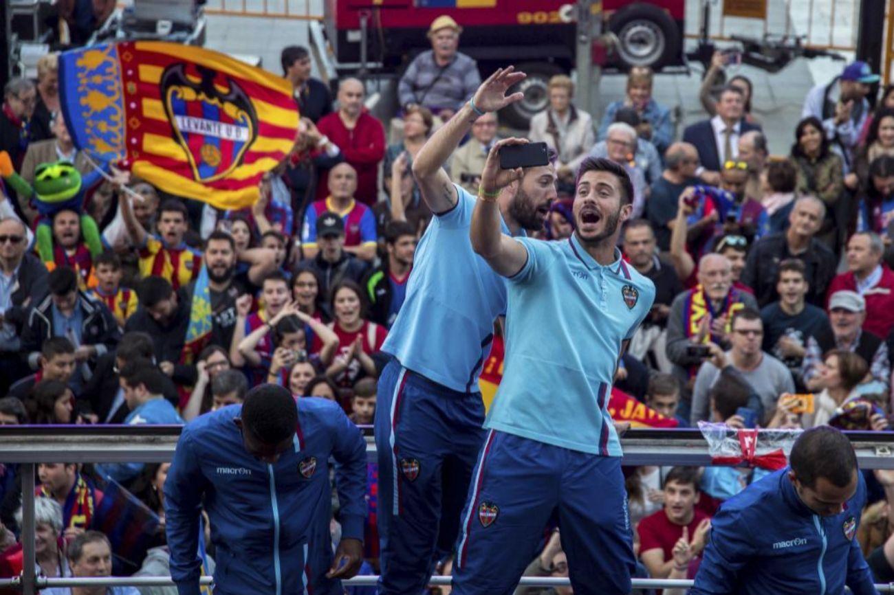 Fiesta en la rua por el centro de Valencia