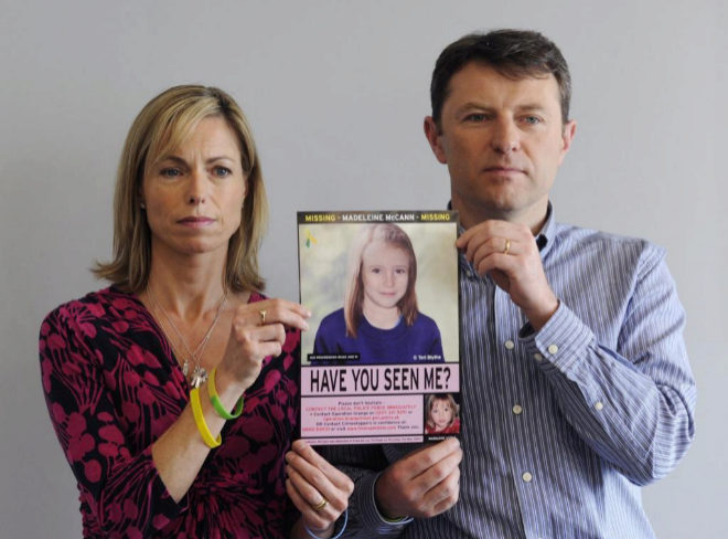 Los padres de Madeleine, Gerry y Kate McCann, con el cartel de búsqueda.