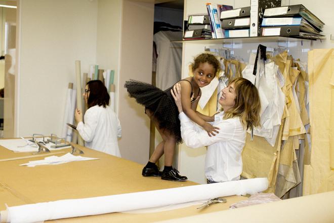 La diseñadora Teresa Helbig con su hija Zinash.