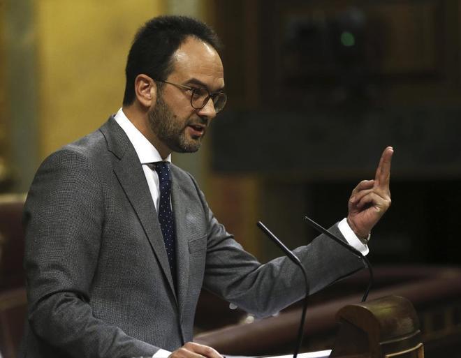 El portavoz parlamentario del PSOE, Antonio Hernando, hoy, durante su intervención en el Congreso de los Diputados..