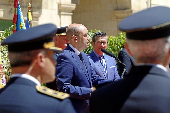 El alcalde, Gabriel Echávarri, y el edil de Tráfico, en el día de la Policía Local.