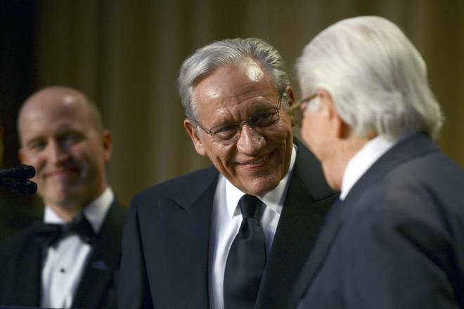Bob Woodward sonríe a su compañero periodista y amigo Carl...