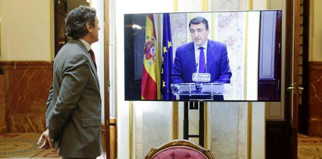 El portavoz parlamentario del PP, Rafael Hernando, sigue ayer la...