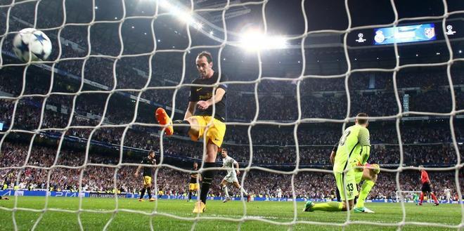 Godín y Oblak se lamentan, tras uno de los goles del Real Madrid.