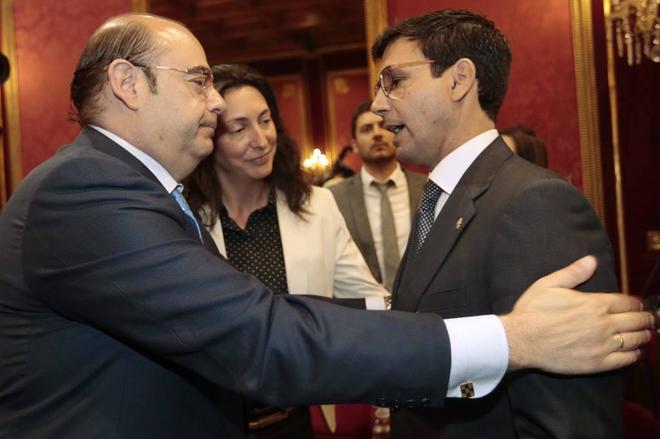 Francisco Cuenca es felicitado por Sebastián Pérez  tras su toma de posesión.