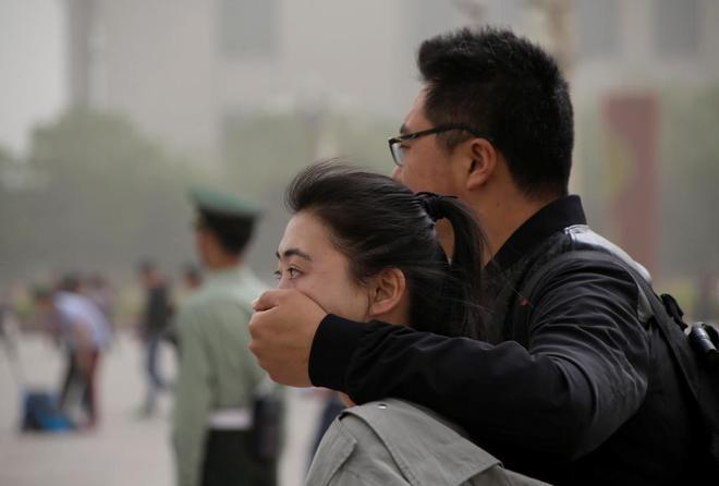 Dos ciudadanos chinos, pasean por la Plaza de Tiananmen de Pekín.