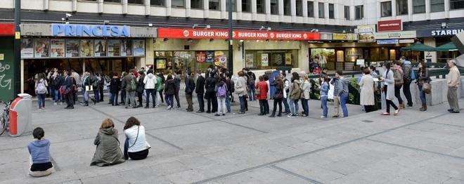 Una fila de gente frente a los cines Princesa en Madrid