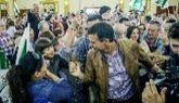 Pedro Sánchez saluda ayer a simpatizantes socialistas en un mitin en...