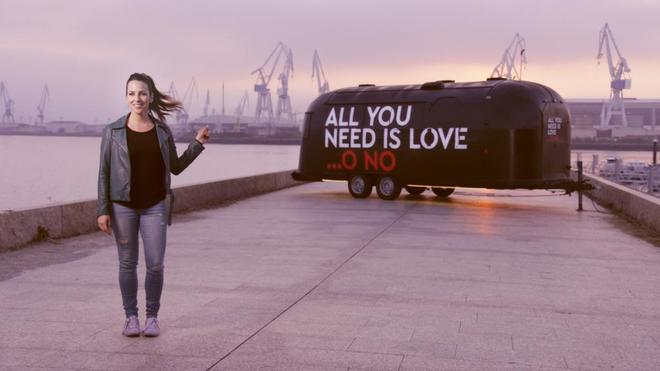 Irene Junquera, junto a la caravana de 'All you need is love... o no'.
