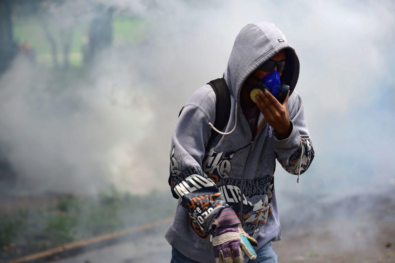 Un estudiante de la Universidad Central de Venezuela es visto en medio...