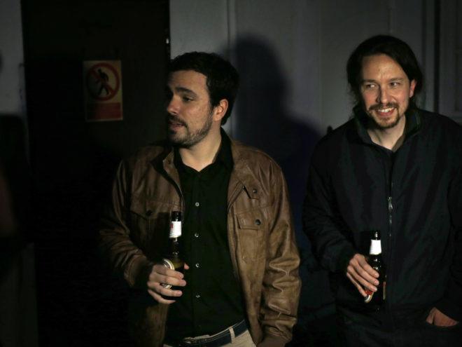 Los líderes de IU, Alberto Garzón, y Podemos, Pablo Iglesias, el 9 de mayo del año pasado, en la foto que certificó el 'pacto de los botellines'.