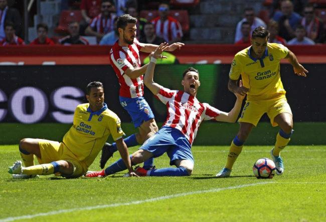 Moi Gómez (2i) 'Burgui' (2d) y David Simón (d) y  Montoro (i) durante el partido celebrado en El Molinón.