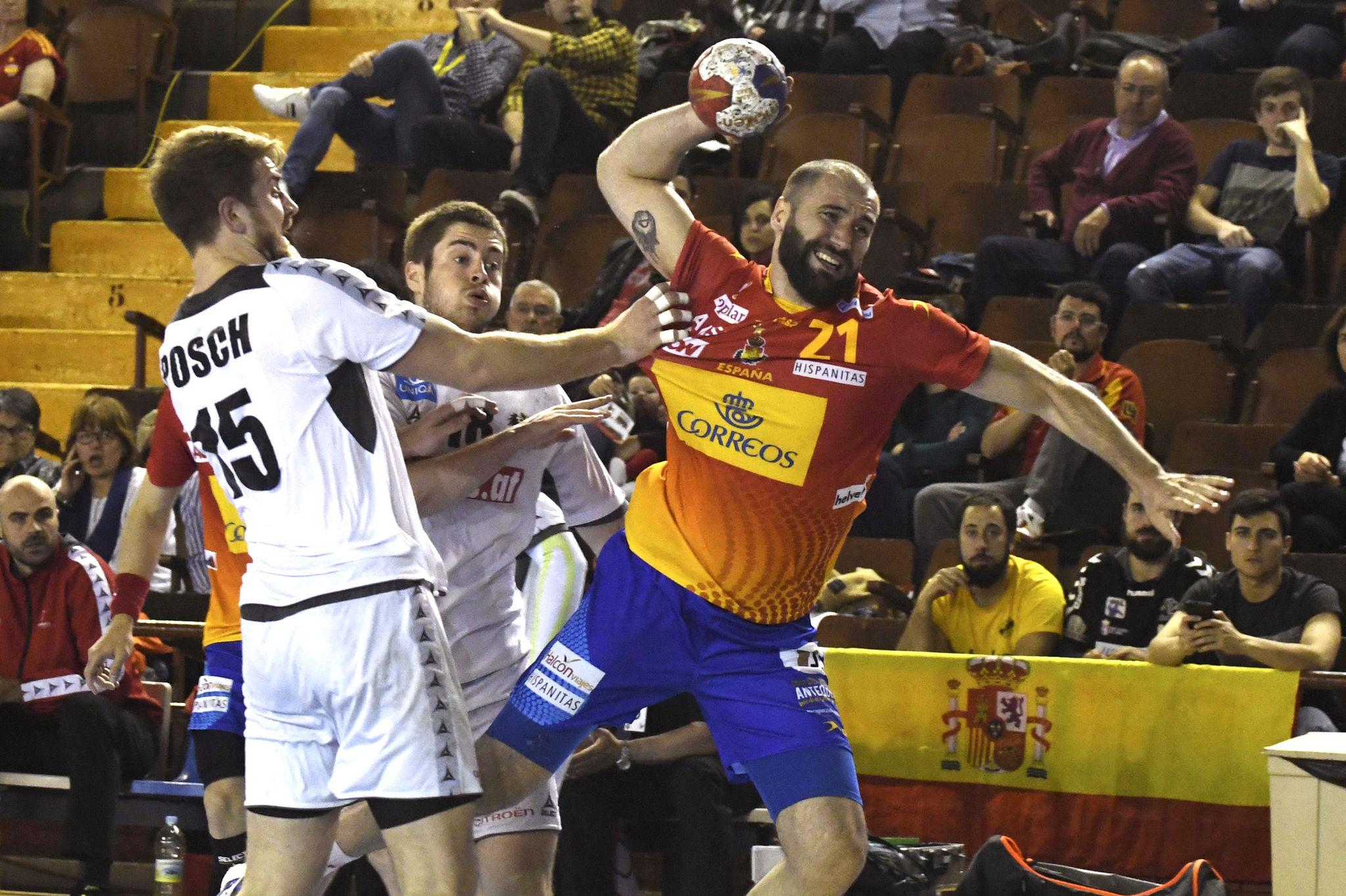 Joan Cañellas lanza a puerta, durante el partido del Preeuropeo entre España y Austria.