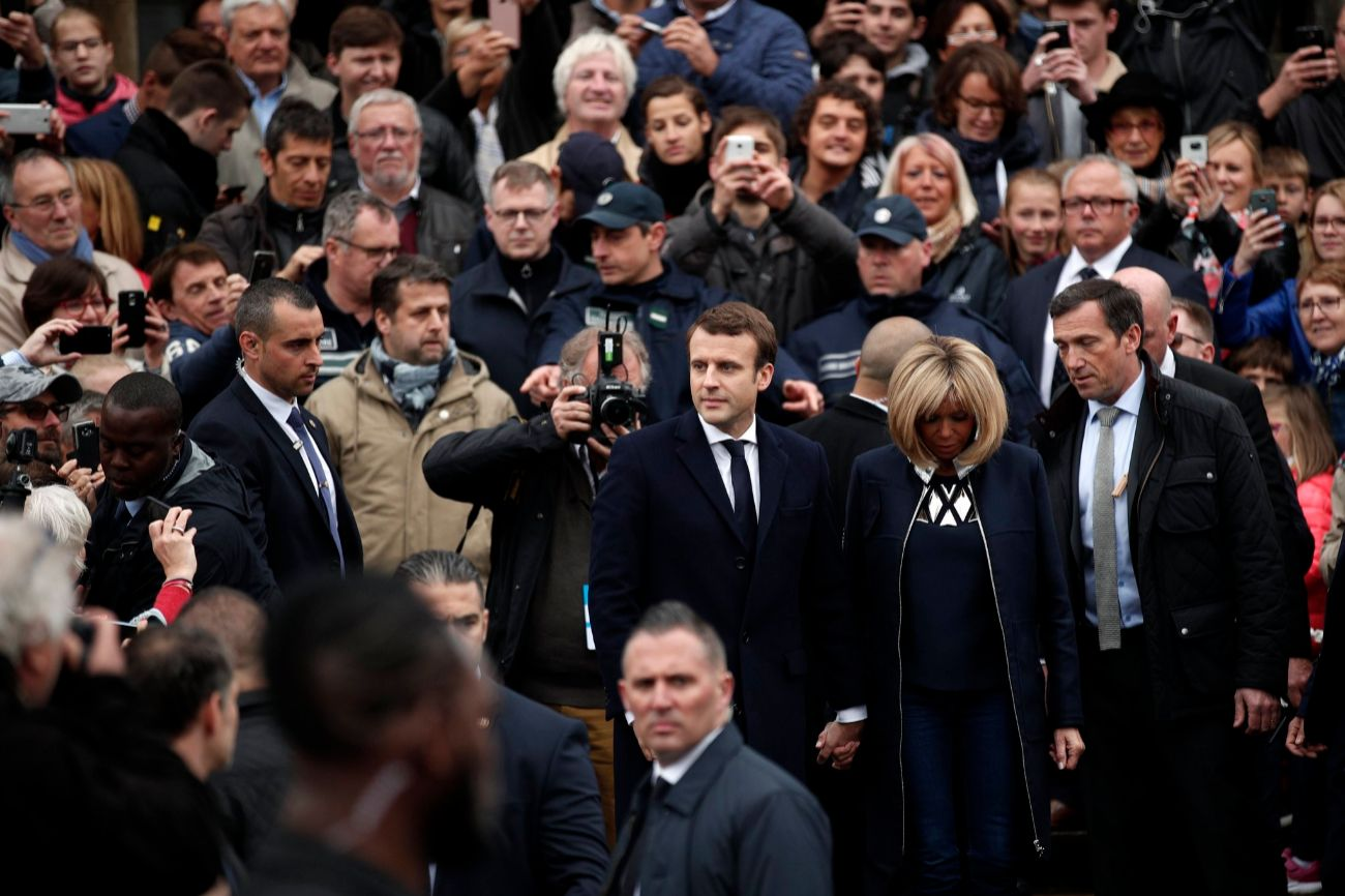 Emmanuel Macron y su esposa Brigitte Trogneux abandonan el colegio...