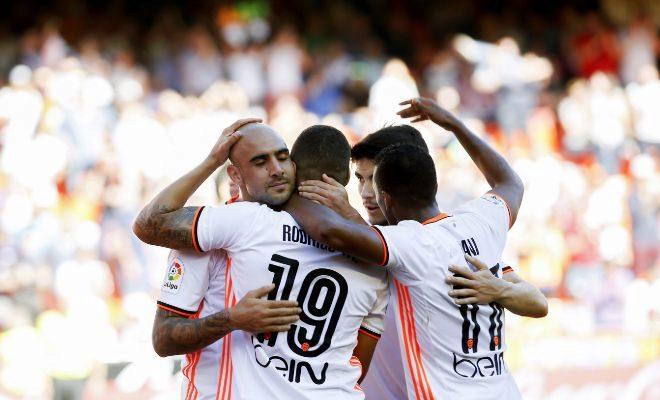 Zaza agradece a Rodrigo la asistencia para marcar el tercer gol del Valencia.