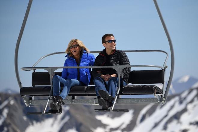 Emmanuel Macron, en una pista de esquí con su esposa Brigitte Trogneux.