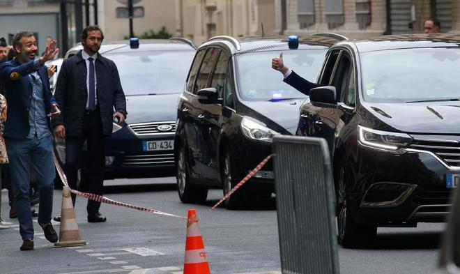 Macron levanta el pulgar ante los viandantes de camino a la sede de En Marcha! para esperar los resultados electorales.