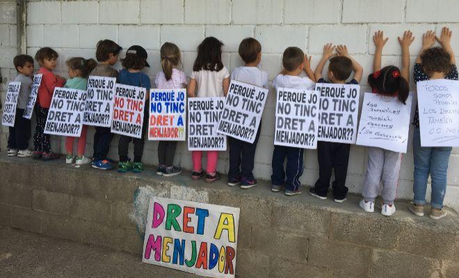 Protesta en el patio del colegio de Benifaraig por falta de becas ...