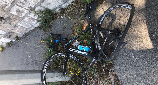 La bicicleta de Chris Froome, tras el atropello.