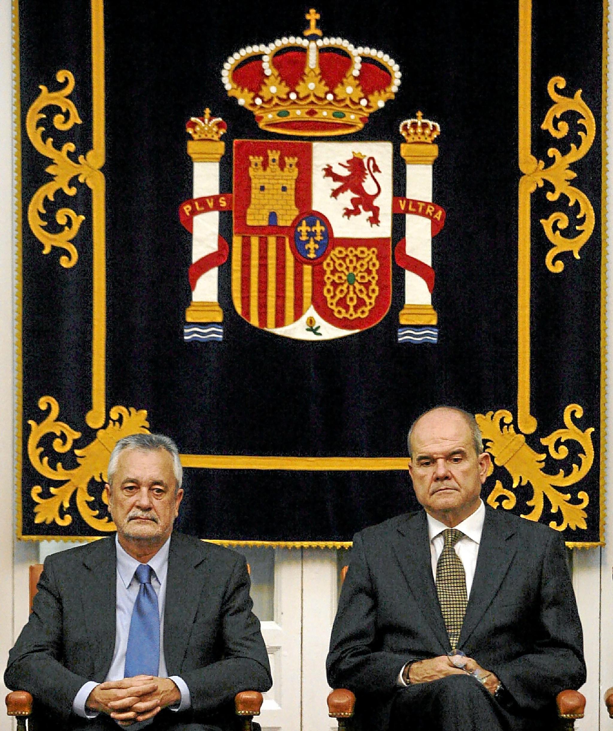 El vicepresidente tercero, Manuel Chaves, y el presidente de la Junta de Andalucía, José Antonio Griñán, durante un homenaje a la Constitución en la delegación del Gobierno en Sevilla.