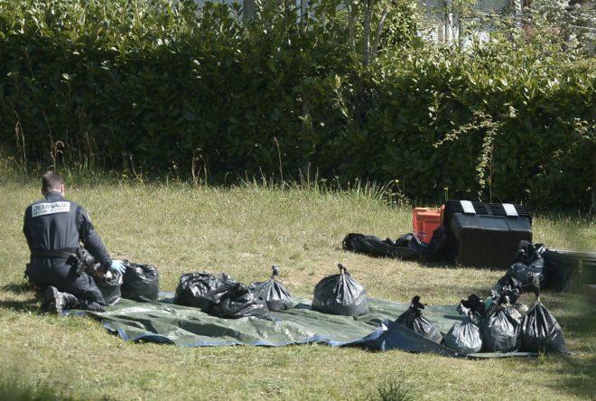 Un policía antiterrorista francés recoge las armas dejadas por ETA...