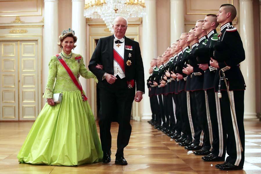 Los reyes de Noruega, Harald y Sonia, ella con un vestido en un...
