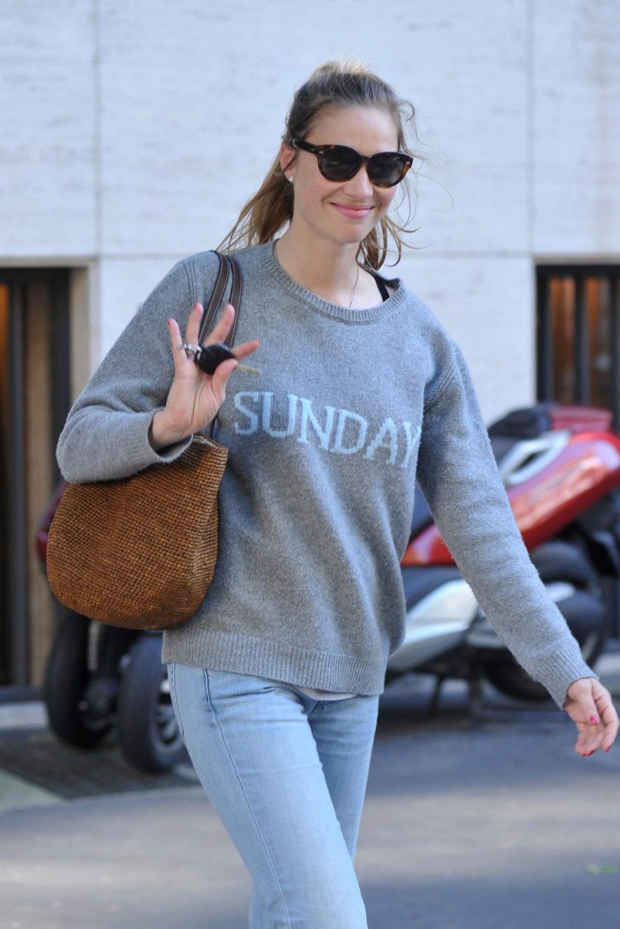 De compras con el jersey Sunday de Alberta Ferretti. Beatrice lo...