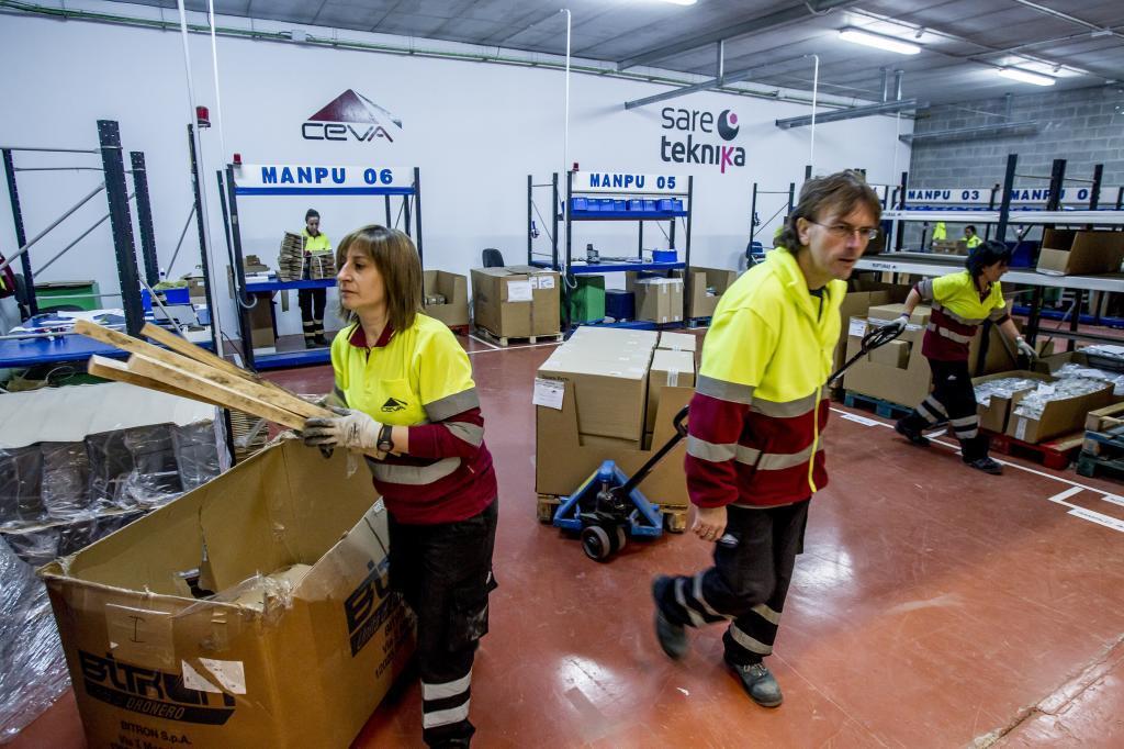 Varios operarios en el almacén de una empresa vizcaína.