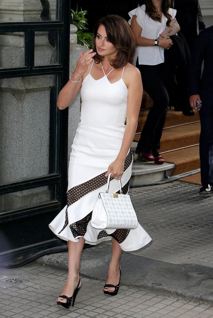 La actriz apostó por un vestido blanco y negro de David Koma.