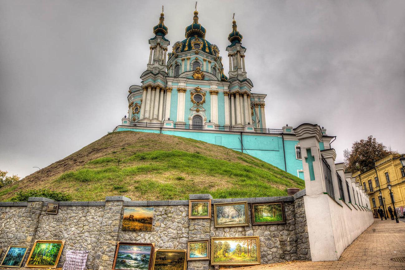 Entre las calles de Kiev nos toparemos con muchos edificios...