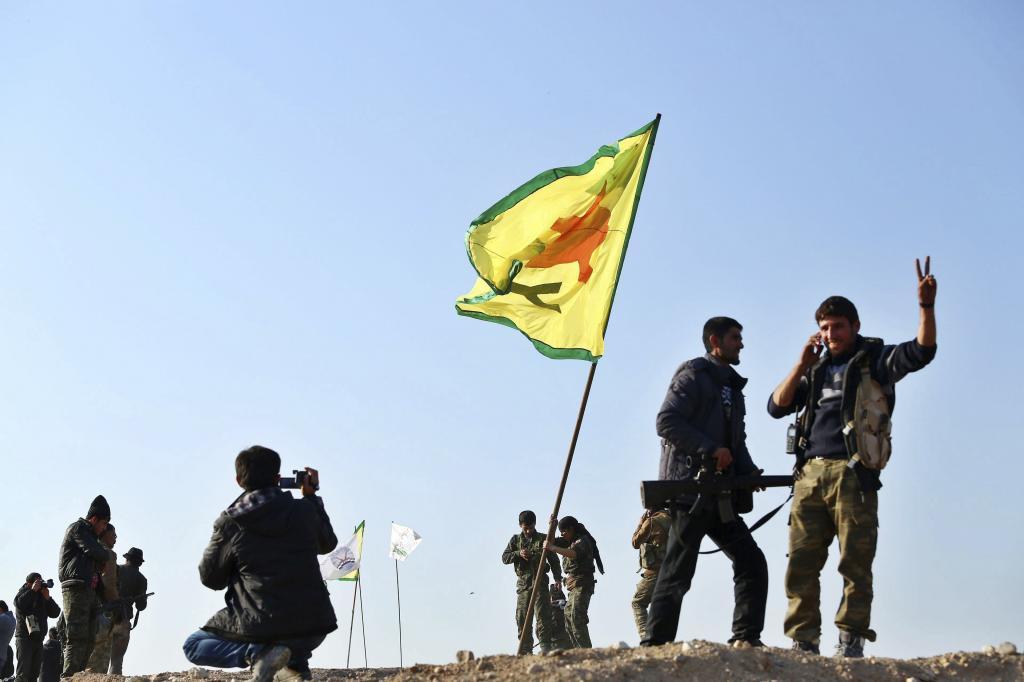 Miembros de las YPG) celebran su victoria en la ciudad de Kobane, Siria, el 26 de enero de 2015.