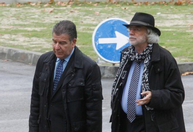 Daniel Mercado (izqda.), junto a su abogado, antes de declarar ante el...