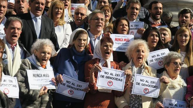 Integrantes de organismos de derechos humanos de Argentina realizan un acto en la sede del Congreso.