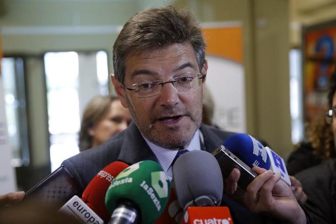 El ministro de Justicia, Rafael Catalá, responde a los periodistas en...