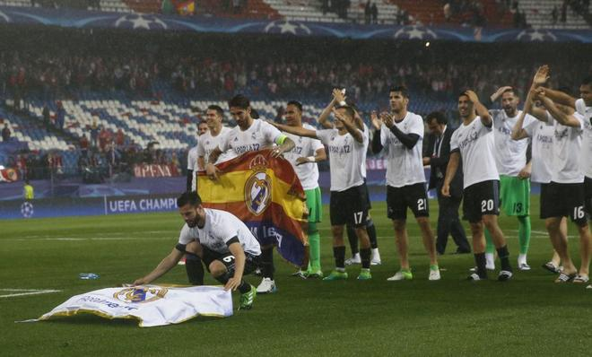 Nacho coloca la bandera del Madrid en el césped del Calderón.