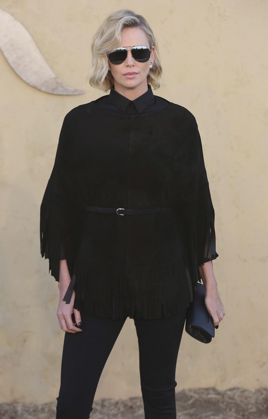 La actriz sudafricana, de negro de arriba abajo, con chaqueta de...