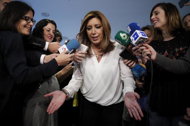Susana Díaz, rodeada de periodistas durante un briefing informativo...